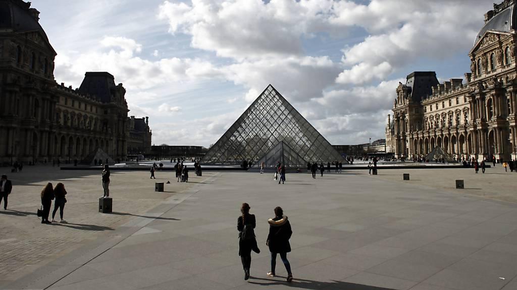 Der Louvre in Paris ist nach monatelanger Schliessung wegen des Coronavirus ab heute Montag für das Publikum wieder geöffnet. (Archivbild)