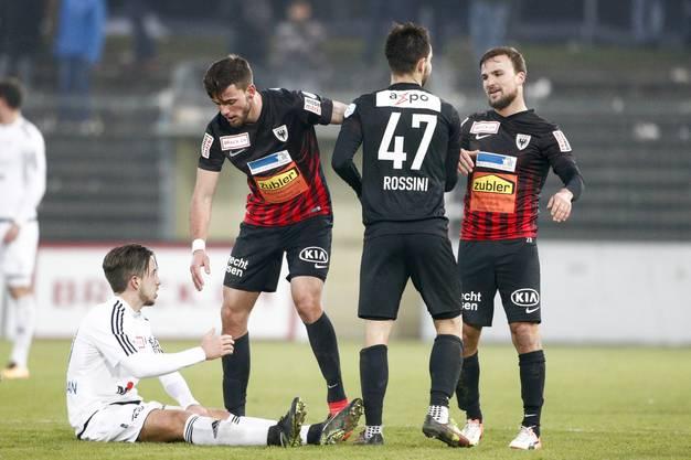 Faire Verlierer: Die Aarauer um Zoran Josipovic (l.) trösten den enttäuschten Miguel Castroman.