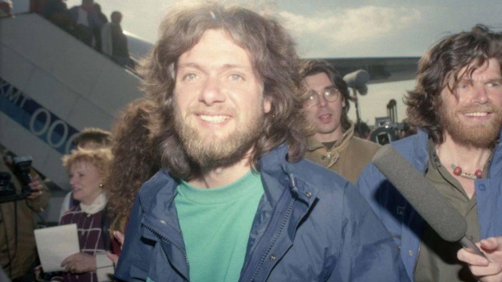 Arved Fuchs (l) und Reinhold Messner am 5. März 1990 am Frankfurter Flughafen, nach ihrer Rekord-Expedition durch die Antarktis. (Archivbild)