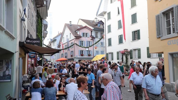Am Zapfenstreich sind die Gassen der Altstadt voll mit Volk. Bis um 1 Uhr wird gewirtet.