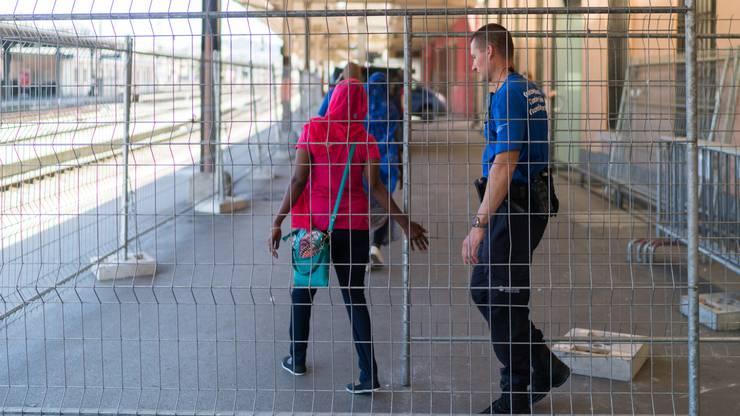 Die somalischen Frauen werden in das Untersuchungszentrum am Bahnhof mitgenommen.