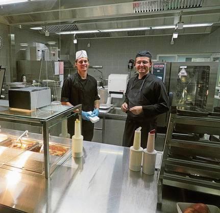 Das Küchenteam der Mensa an der Kanti Wohlen kochte am Freitag zum letzten Mal.