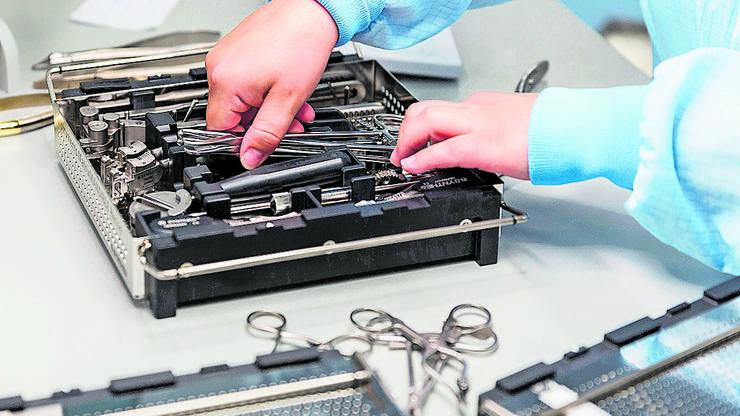 Sauber: Eine Mitarbeiterin ordnet die aufbereiteten Operationsinstrumente.