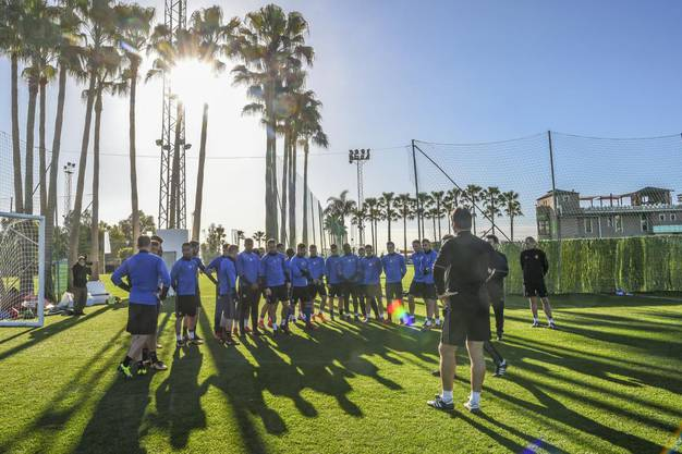 Instruktionen für die Spieler vor dem Training unter Palmen.