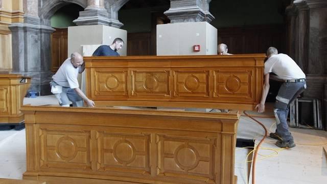 Handwerker installieren ein Pult im Ständeratssaal am 31. August 2011 im Bundeshaus in Bern