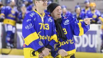 Reto von Arx (links) lässt sich zusammen mit seinem Bruder Jan feiern
