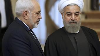 Irans Präsident Hassan Ruhani (rechts) werde den Rücktritt seines Aussenministers Mohamed Dschawad Sarif (links) nicht akzeptieren. (Archivbild)