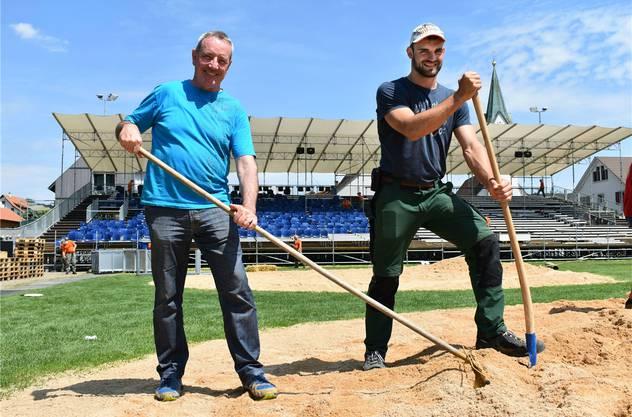 Werner Müller (l.) und David Schmid packen beim Abbau der Schwingarena mit an.