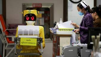 Ein Roboter transportiert medizinische Dokumente im Mongkutwattana General Hospital in Bangkok, Thailand.