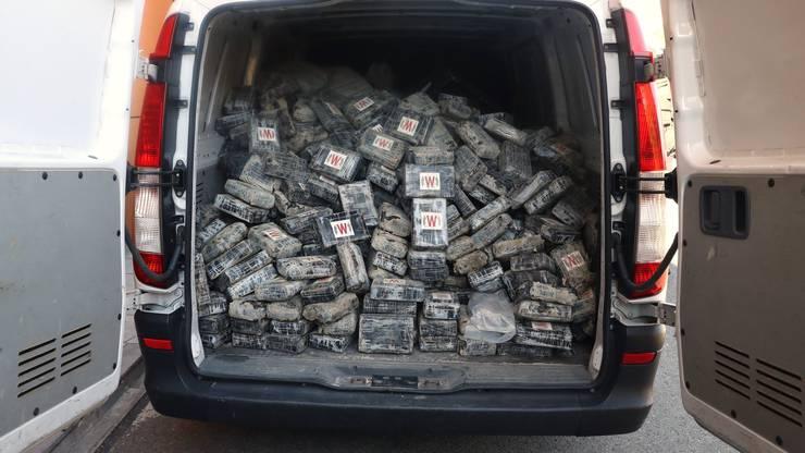 Ganze Ladungen voll Kokain gehen der hiesigen Polizei selten bis nie ins Netz. Meistens werden kleinere Mengen – 5 Kilogramm – aufs Mal geschmuggelt. Im Handel auf der Strasse sind 1-Gramm-Kugeln die häufigste Währung.