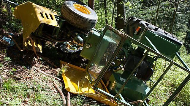 Der Traktor stürzte den Abhang hinunter (Quelle: Kapo Zürich)