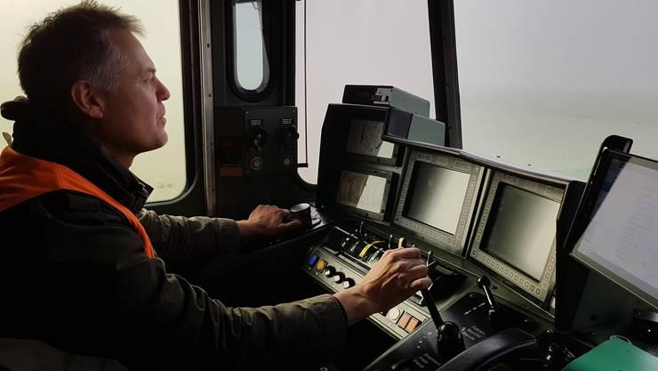 Lokführer Thomas Hirsiger im Führerstand der Re 620 031 «Dulliken» auf der Fahrt Richtung Biel.