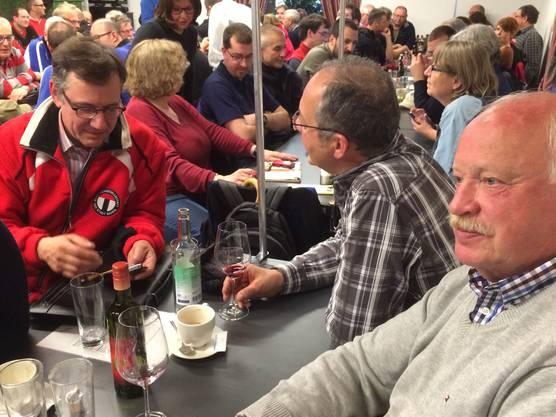 Jost Voser, Präsident der Habsburgschützenkommission, im angeregten Gespräch mit Rolf Düggelin, Präsident der SG Baden. Rechts im Bild Franz Sager, hervorragender Pistolenschütze.