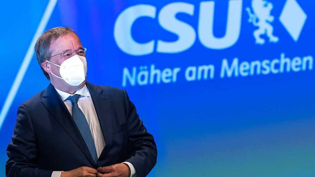 Armin Laschet, Unions-Kanzlerkandidat und CDU-Vorsitzender, steht beim Parteitag der CSU vor Beginn seiner Rede auf der Bühne. Es ist der erste Präsenzparteitag der CSU seit dem Ausbruch der Corona-Pandemie. Foto: Peter Kneffel/dpa