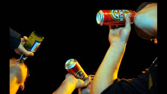 In der Westschweiz trinken Jugendliche mehr als im Tessin und der Deutschschweiz. Foto: Maddalena Tomazzoli Huber