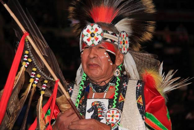 An einem indianischen Volksfest, dem Pow Wow, beeindruckten die traditionellen Gewänder.