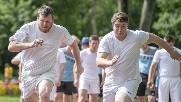 Schenken sich nichts: die Nationalturner Andy Imhof (links) und Matthias Herger beim 100-Meter-Rennen.