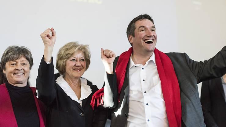 Die SP ist erfreut über das deutliche Nein zur Unternehmenssteuerreform III und fordert nun eine ausgewogenere Vorlage. Margret Kiener Nellen, Susanne Leutenegger Oberholzer, und SP-Präsident Christian Levrat jubeln im Hauptquartier des Nein-Komitees in Bern.