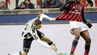 Udineses Heurtaux versucht 1:0-Schütze Balotelli zu stoppen.