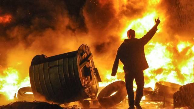 In Kiew brennen nach gewaltsamen Zusammenstössen Reifen und anderes
