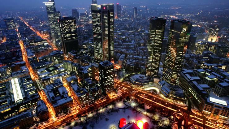 Die chinesische HNA landet in Deutschland einen grossen Coup. (Symbolbild mit der Skyline von Frankfurt am Main mit der Deutschen Bank, rechts).