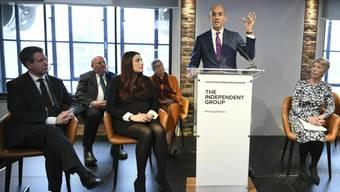 Chuka Umunna (am Rednerpult) und sechs andere prominente Abgeordnete verkünden an einer Medienkonferenz, dass sie die Labour-Partei verlassen - aus Kritik an Labour-Chef Jeremy Corbyn.