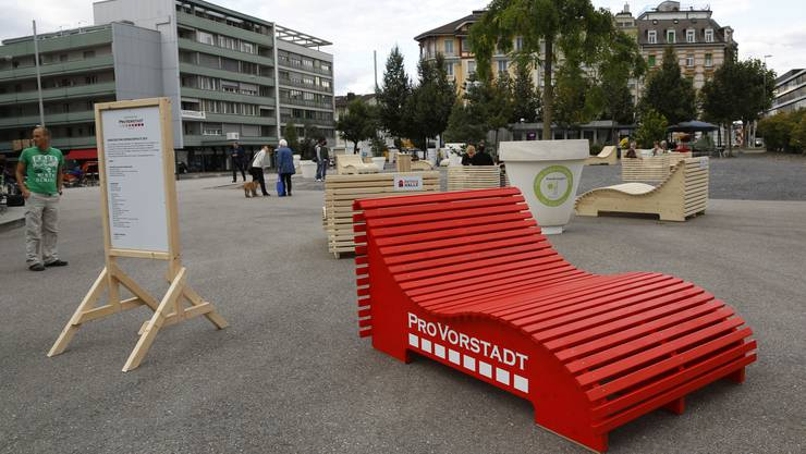 Die Möbel bringen Farbe auf den Dornacherplatz