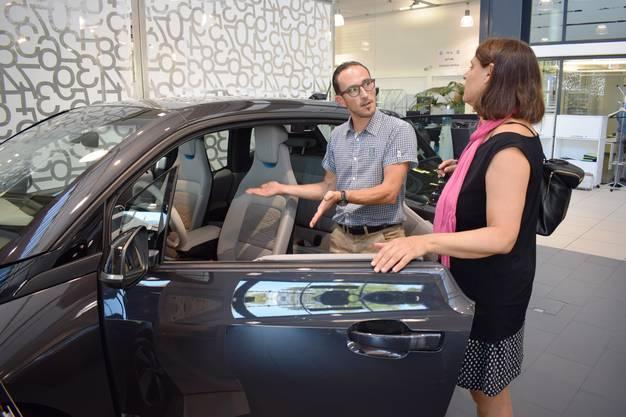 Verkäufer Florian Kappeler versucht, Ackermann von den Vorzügen des Elektroautos zu überzeugen.