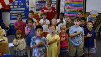 US-Schüler beim allmorgentlichen Ritual der Ode auf die amerikanische Flagge, der Pledge of Allegiance.