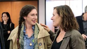 Laura Gantenbein, Präsidentin der Grünen (links), freut sich über die neu gewählte SP-Nationalrätin Franziska Roth.