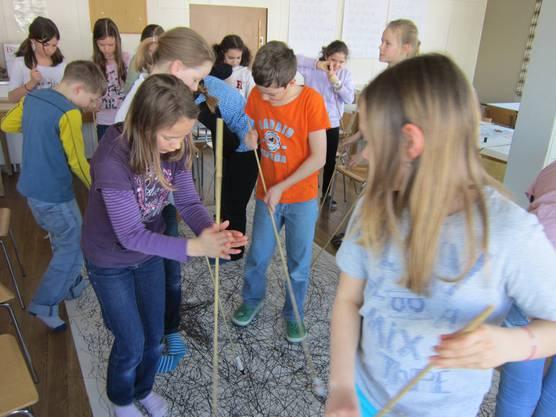Die Kinder zeichnen nordische Musik während dem gleichzeitigen Hören in Bewegung und Linien aufs Blatt.