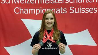 Ronja Stern posiert nach dem gelungen Auftritt an den Schweizer Meisterschaften.