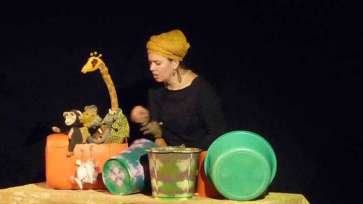 Simone Wyss hat das Kinderbuch «Frische Fische» in ein Figurentheater umgesetzt