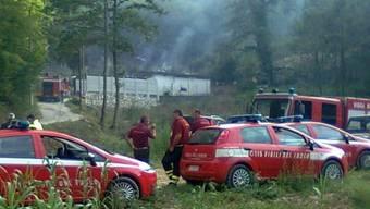 Feuerwehrleute bei der Brennenden Feuerwerkskörperfabrik in Italien