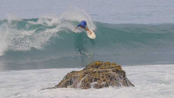 Jonas Studer beim Surfen