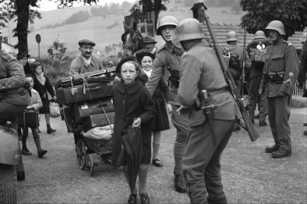 1940, Zweiter Weltkrieg: Flüchtlinge an der Schweizer Grenze zu Frankreich. Das Thema, wie viele Flüchtlinge die Schweiz abgewiesen oder aufgenommen hatte, flammt immer wieder auf.