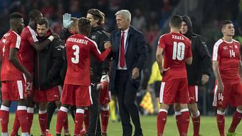 SFV-Coach Vladimir Petkovic (Mitte) beglückwünscht sein Team zum 9. Sieg in Serie