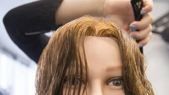 """Rund jeder fünfte Lernende bricht die zweijährige berufliche Grundsbildung vorzeitig ab. Überdurchschnittlich häufig betroffen ist die Sparte """"Friseurgewerbe und Schönheitspflege"""". (Symbolbild)"""