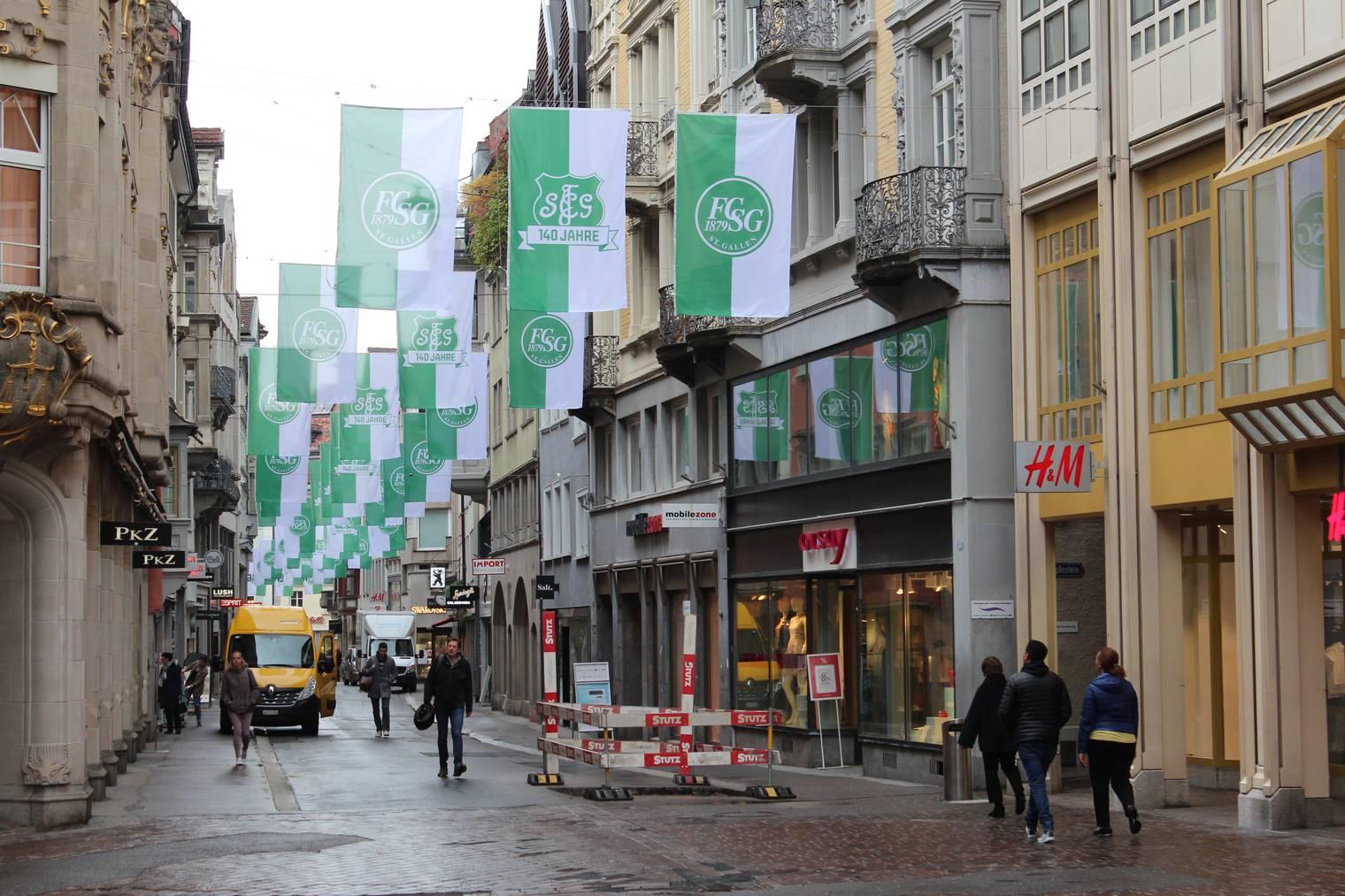 Zum Jubiläum: In der Multergasse wehen grün-weisse Fahnen. (Bild: FM1Today/Nina-Lou Frey)
