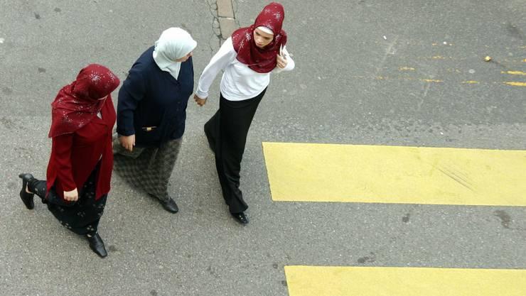 Die Frauen mit Kopftuch machten nur einen Spaziergang (Symbolbild)
