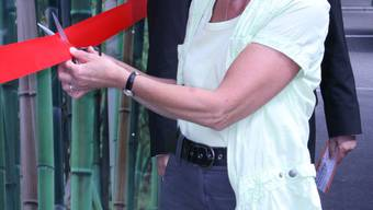 WC-Einweihung: Gemeinderätin Christine Kilchhofer durchschneidet das Band. (Bild: Otto)