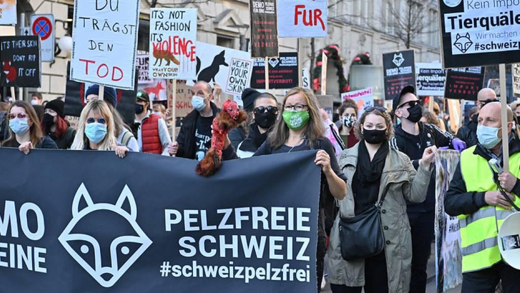 Rund 300 Personen demonstrieren in Zürich gegen Pelz-Import
