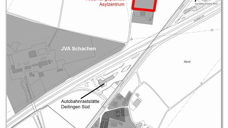 Zwischen der Justizvollzugsanstalt Schachen und der Autobahnraststätte Deitingemn Nord: Hier käme das Asylzentrum zu stehen.