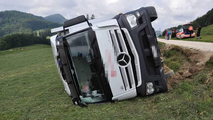 Der Lastwagen kam auf dem Weissenstein von der Strasse ab, kippte und blieb auf der rechten Seite liegen.