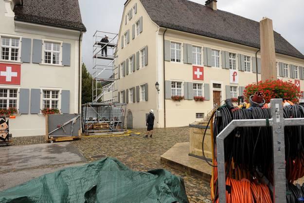 Auf dem Arlesheimer Domplatz wird die Fernsehshow «Donnschtigs Jass» aufgebaut.