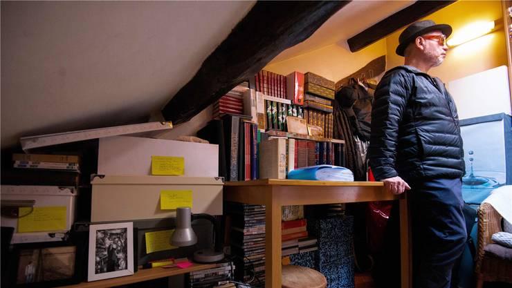 Das sind die französischen Wohnverhältnisse: In seiner eigenen Bleibe kann der Mann nur an einer Stelle richtig stehen. AFP