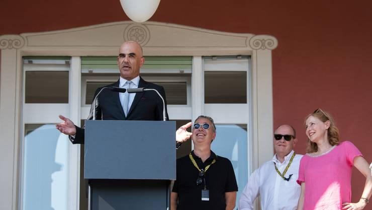 Bundesrat Alain Berset zusammen mit der «Wolkenbruch»-Delegation beim traditionellen BAK-Apéro am Locarno Film Festival.