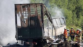 Nach dem Feuer blieb nur noch ein Metallgerippe des Busses übrig