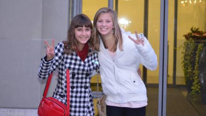 Sina Marugg (links) und Malina Schlatter posieren vor dem Eingang zum Bundesratsbüro. Foto: Katarina Nemcek