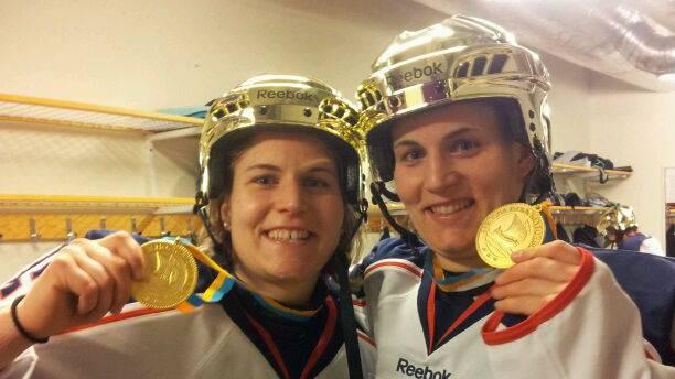 Julia und Stefanie Marty mit Medaille und goldenem Helm - Zeichen eines Titels in Schweden.